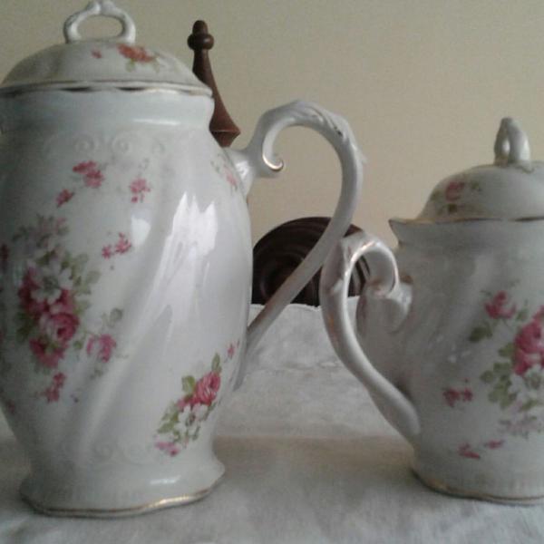 Bule e açucareiro antigo em porcela inglesa
