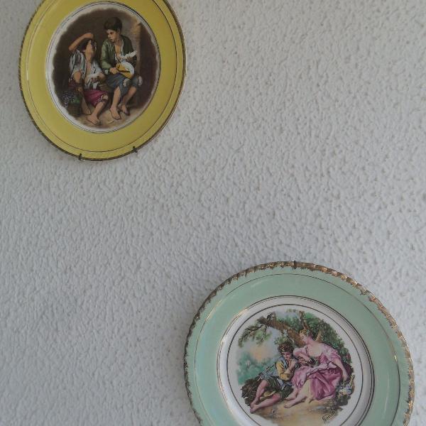 Dois antigos pratos de porcelana com cenas galante, já com