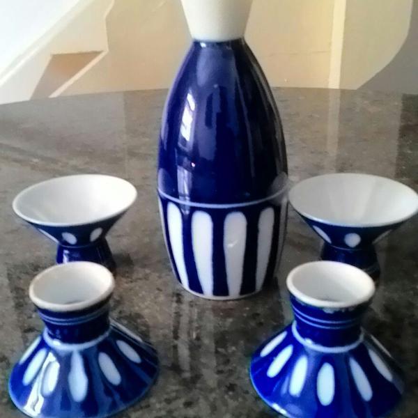 Jogo pra saquê porcelana antiga azul e branca