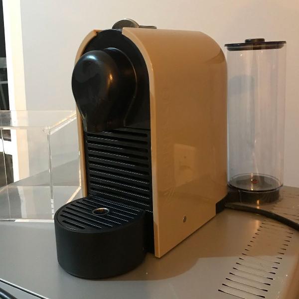 Máquina nespresso marrom com cubo acrílico