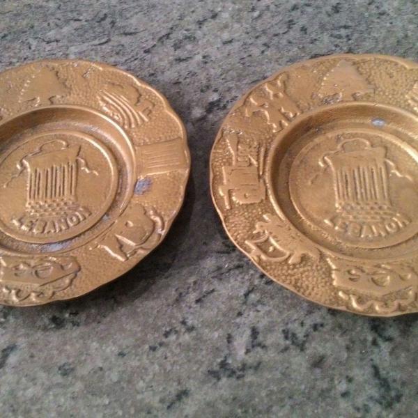 Par de pequenos pratos medalhões em bronze libanês pesados