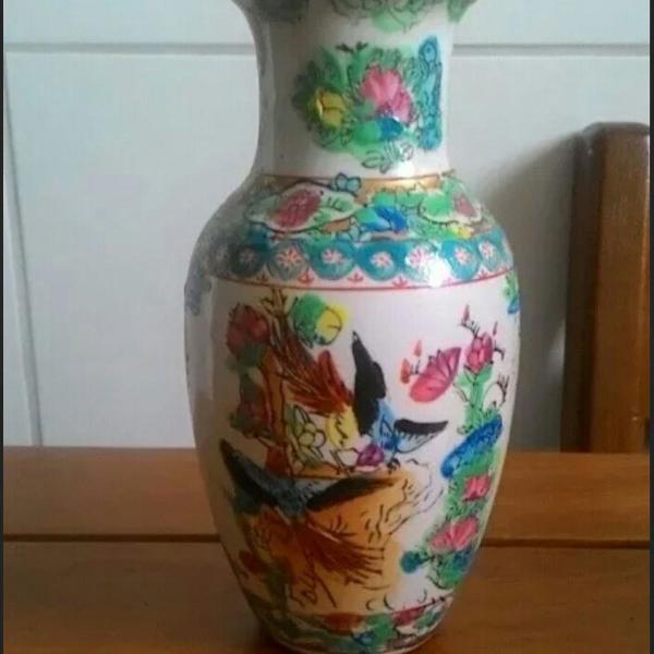 Pequeno vaso chinês antigo em porcelana dura com marca