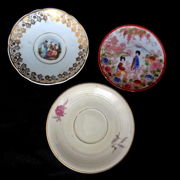 Três mini pratinhos com ouro 01 japonês, 01 da real e um