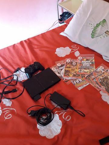 Play 2,com um controle e alguns jogos