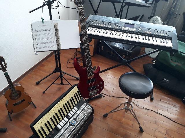 Aulas de música - prática e teoria
