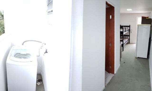 Quarto com cozinha e banheiro privativo