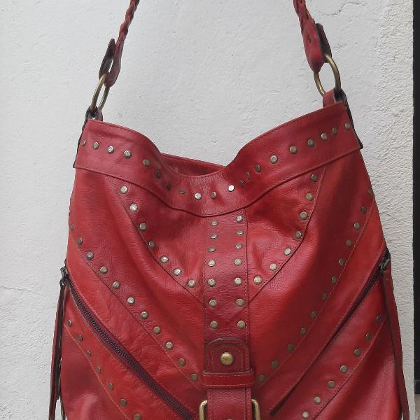 Bolsa boho vermelha de couro e tachas