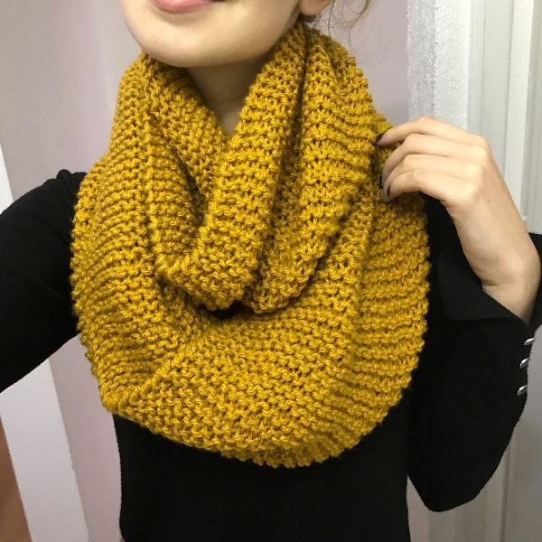 Cachecol duas voltas mostarda escura lã tricô inverno