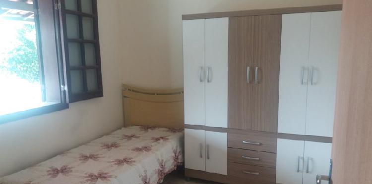 Alugo quarto individual mobiliado em casa ampla