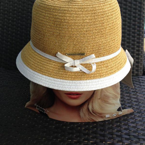 Chapéu aba curta com detalhe em branco