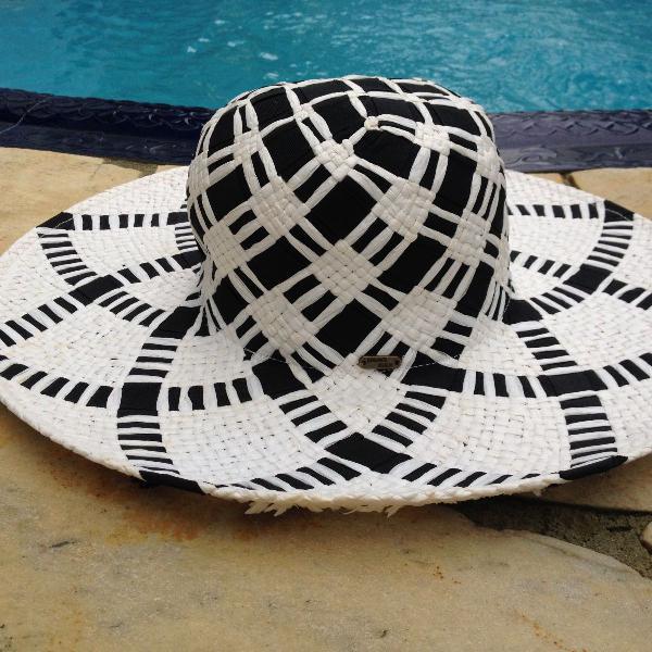 Chapéu aba larga preto & branco