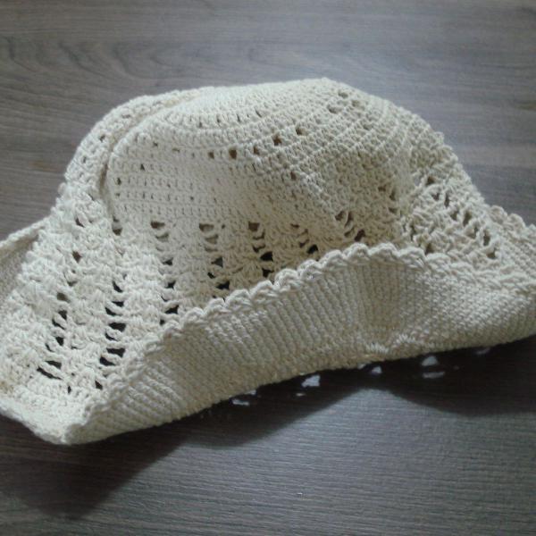 Chapéu artesanal de crochet cru