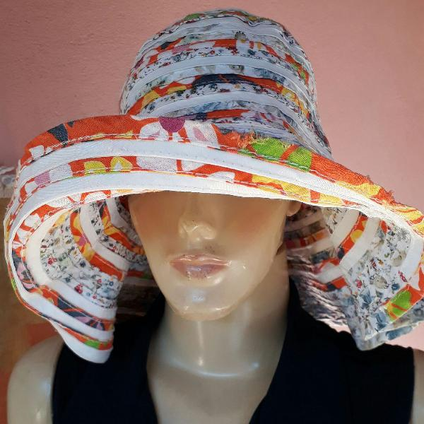 Chapéu artesanal colorida em tecido. made in italy