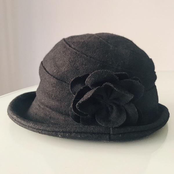 Chapéu de lã com flor