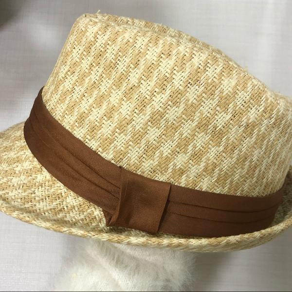 Chapéu de palha com detalhe marrom