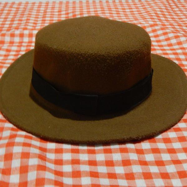Chapéu marrom com faixa preta