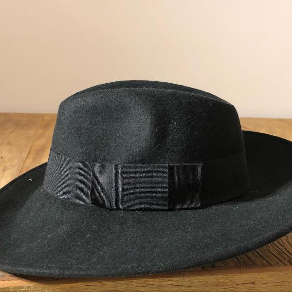 Chapéu preto com laço aba larga
