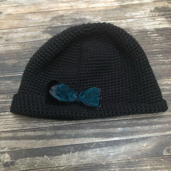 Gorro retrô estilo francês tricô preto com laço azul