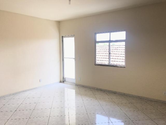 Amplo apartamento 03 quartos, suíte, varanda e garagem.