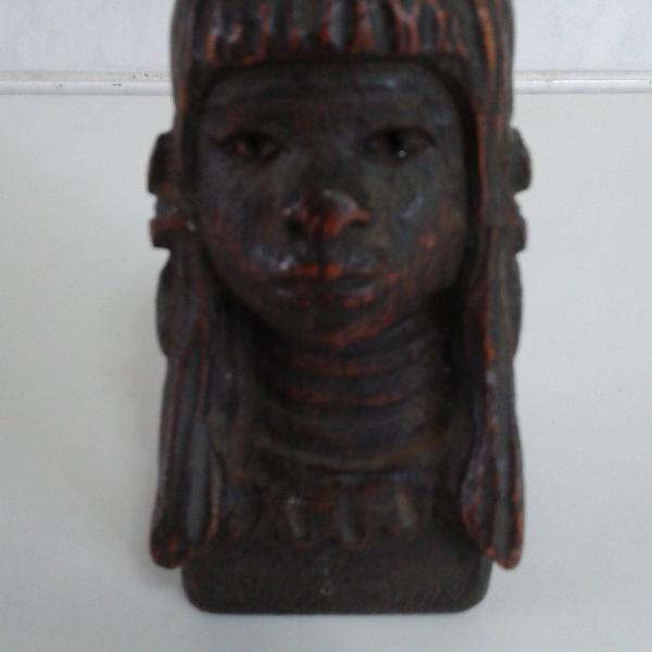 Cabeça de índio entalhada esculpida em madeira