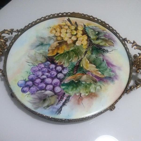Raríssima bandeja de porcelana e bronze pintada a mão