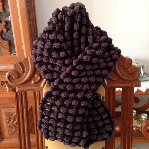 Cachecol artesanal em tricô com pompons pompom cinza escuro