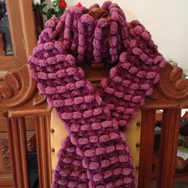 Cachecol em tricô com pompom fúcsia artesanato