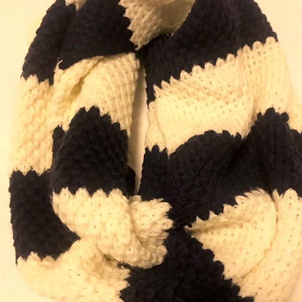 Cachecol azul marinho e branco
