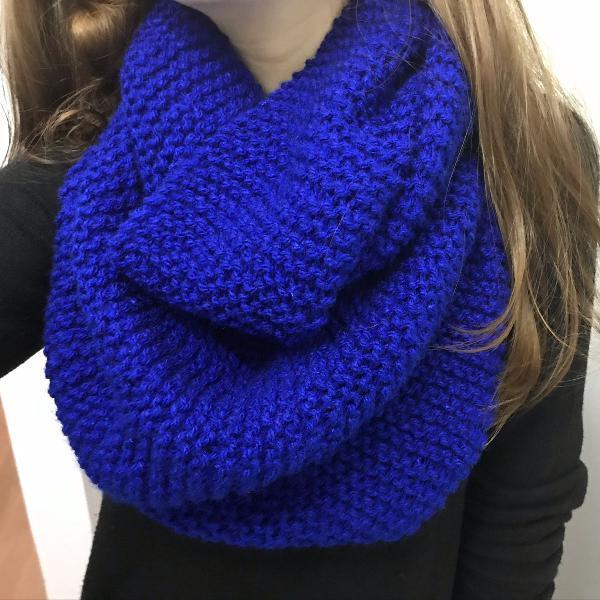 Cachecol duas voltas azul escuro em lã tricô inverno