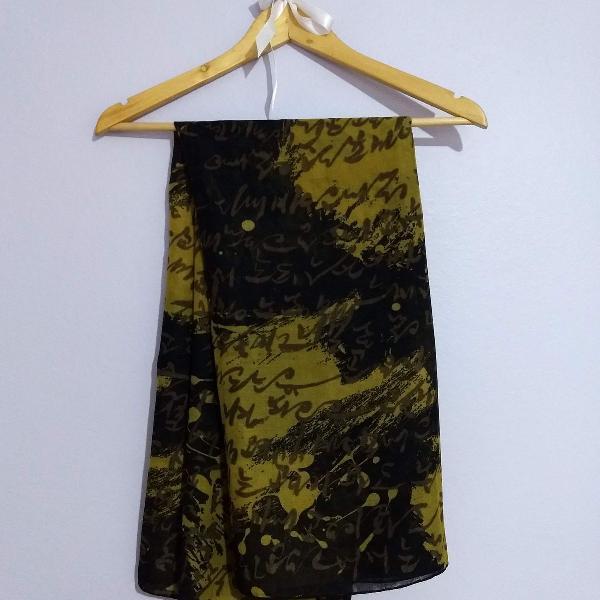 Echarpe preta e amarela com estampa dourada