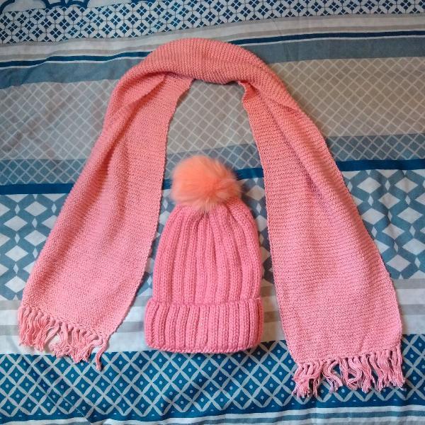 Gorro rosa com pompom e cachecol rosa
