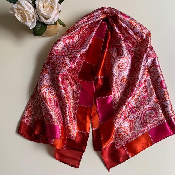 Lenço em seda arabescos tons vermelho, laranja, rosa e