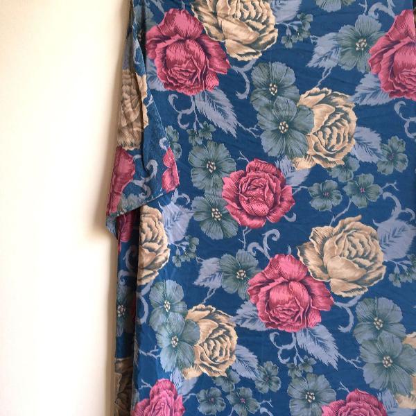 Lenço quadrado estampa floreada azul e rosa