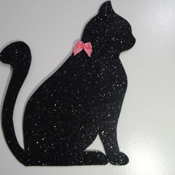 Sombra de gato preto com laço