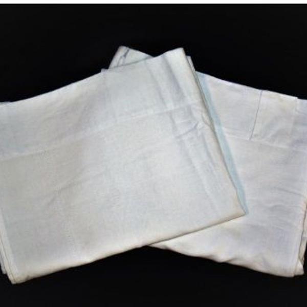 2 cortinas com detalhes vazados em linho na cor branca