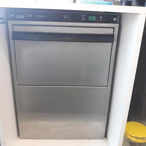 Maquina de lavar louças e xícaras