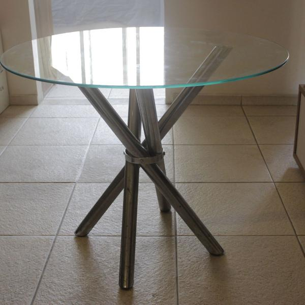 Mesa redonda com pés cromados e tampo de vidro