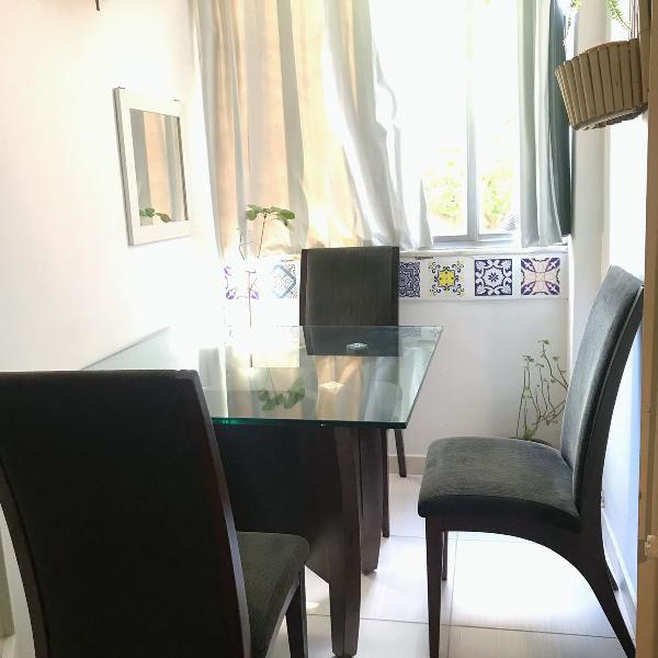 Linda mesa de madeira e vidro com 3 cadeiras