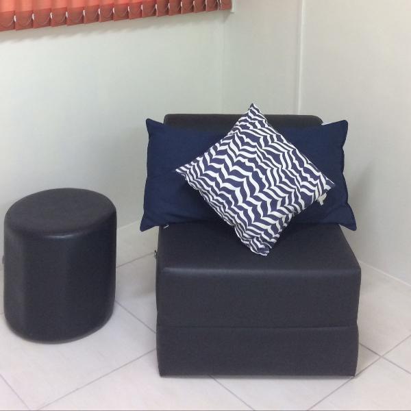 Módulo sofá cama tok stok preto puff e almofadas de brinde