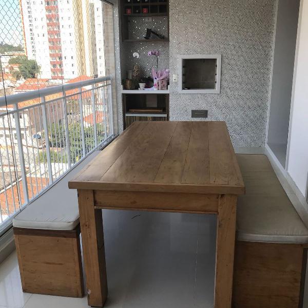 Mesa com bancos de madeira de demolição