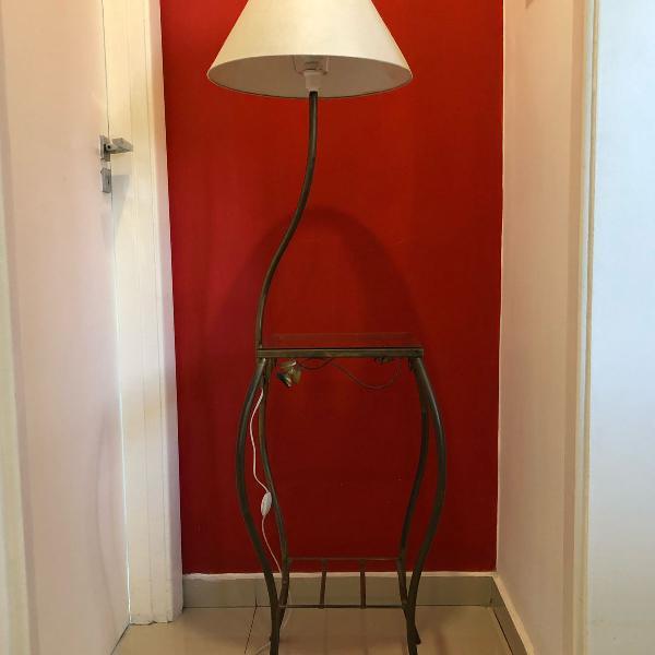 Mesa de apoio com luminária