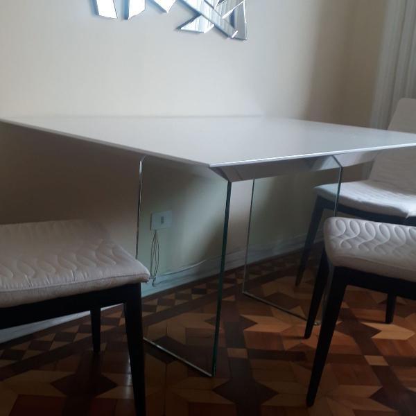Mesa de jantar de laca branca e pés de vidro