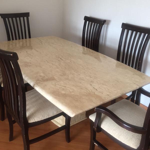 Mesa de jantar seis cadeiras sendo duas com apoio de braço