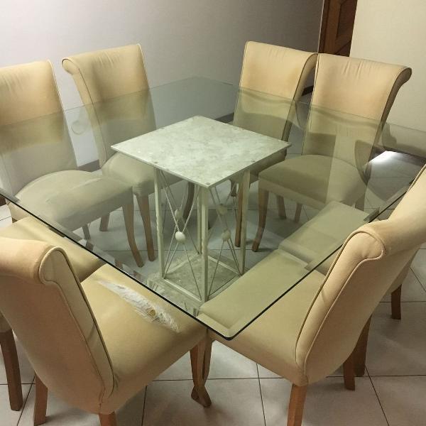 Mesa jantar quadrada com tampo de vidro e pé em travertino