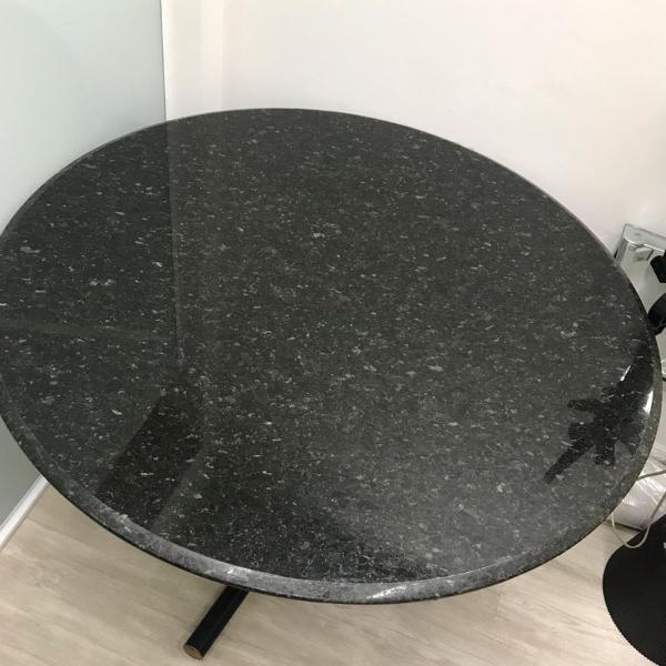 Mesa redonda tampo de granito preto