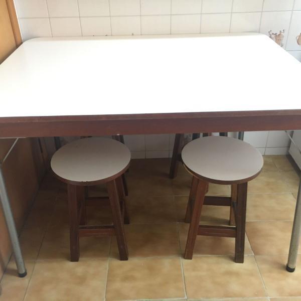 Mesa retangular com tampo em fórmica branca e 5 pés