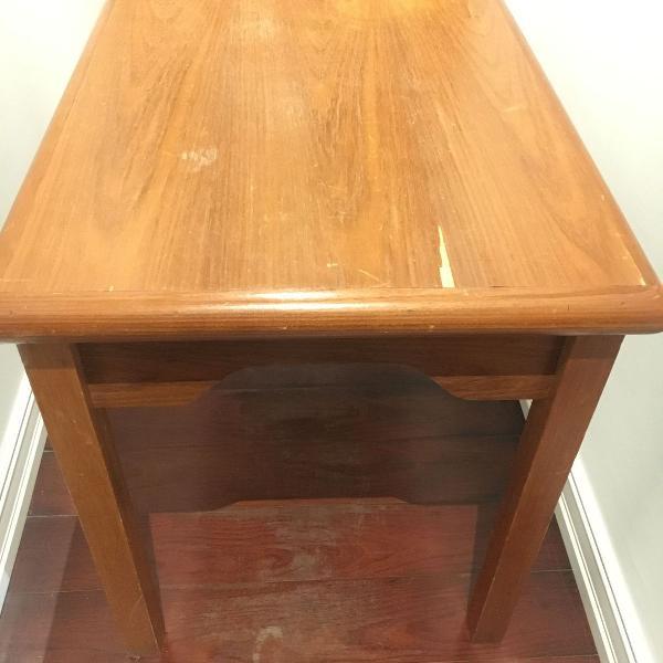 Mesa retangular em madeira, usada em bom estado