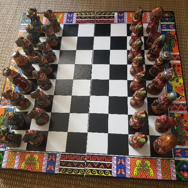Jogo com peças de xadrez império inca versus espanha