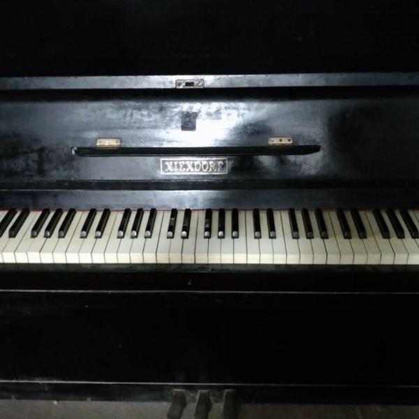 Piano vertical niendorf preto