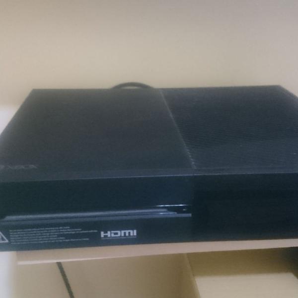 Xbox one + adaptador de tomada + 5 jogos + 2 controles